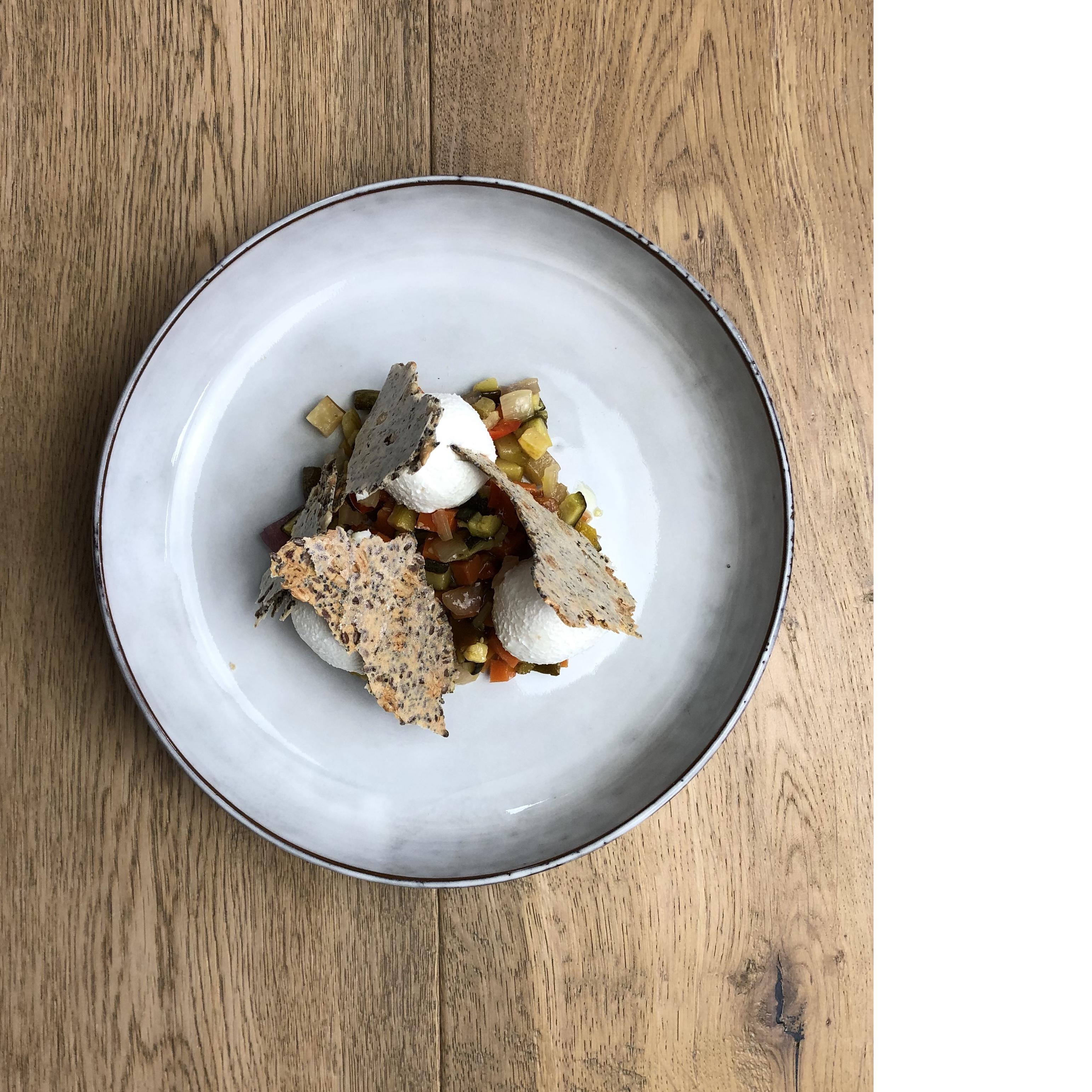 Ziegenfrischkäse / Gemüse süß-sauer / Körnercracker